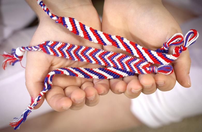 Чаще всего фенечки плетут в